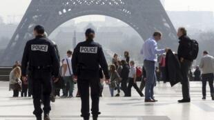Французские полицейские патрулируют территорию около станции метро Трокадеро