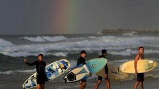 De jeunes surfeurs palestiniens sur la plage de Gaza.