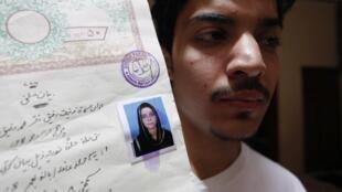 Hassan Khan montre la carte d'identité de sa femme Zeenat Bibi, assassinée par sa propre mère à Lahore, au Pakistan, le 8 juin 2016.