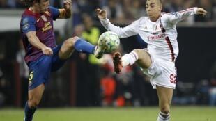 Carles Puyol del Barça y Stephan El Shaarawy del AC Milan, este 28 de marzo de 2012.