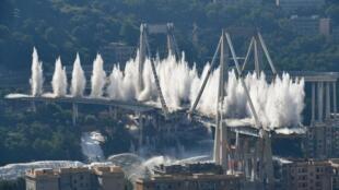 Les piles restantes du pont Morandi, détruites à l'explosif, ce vendredi 28 juin 2019.