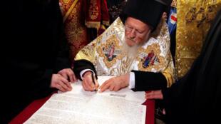 Вселенский патриарх Варфоломей подписывает томос о предоставлении автокефалии новой украинской церкви, Стамбул, 5 января 2019 г.