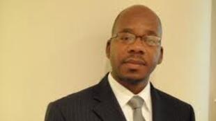 Foto do ministro sombra das relações exteriores da Renamo Blog namburete.wordpress.com