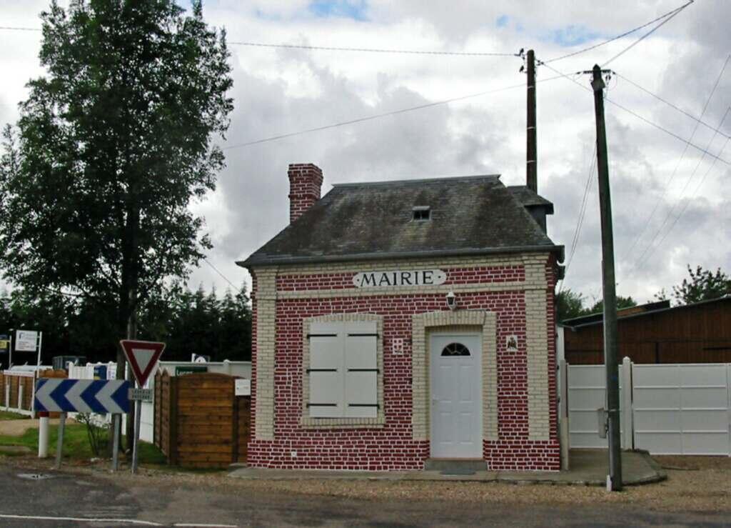 Особенно трудно приходится мэрам маленьких городков. На фото: мэрия нормандской коммуны Бурненвиль-Фавроль с населением менее 500 человек