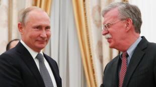 Tổng thống Nga Vladimir Putin (trái) tiếp cố vấn an ninh Mỹ John Bolton, tại điện Kremlin ngày 23/10/2018.