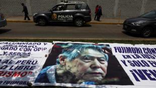 Una banderola con la foto del ex presidente Alberto Fujimori expuesta fuera del hospital Centenario en donde fue hospitalizado el 4 de octubre de 2018. Lima, Perú.
