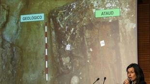 A antropóloga Almudena García Cid exibe imagens do caixão contendo ossos que seriam de Cervantes.