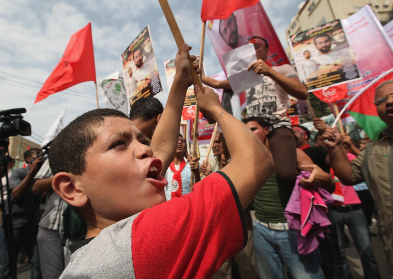Người Palestine chào mừng việc trao đổi tù nhân. Ảnh tại thành phố Gaza, ngày 12/10/2011.