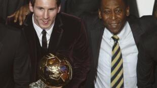 Lionel Messi ao lado de Pelé na cerimônia da Fifa em Zurique.