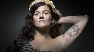 Fue incluida en un reportaje sobre el tatuaje como terapia: lleva el lema de París tatuado en el brazo ('Fluctuat nec mergitur'), al lado de una cicatriz supuestamente producida por una bala, pero consecuencia de un accidente de kitesurf.