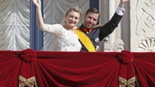 Stéphanie e William no balcão do palácio ducal de Luxemburgo.