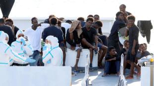 """Người nhập cư trên tầu tuần duyên Ý """"Diciotti"""" đang chờ được vào bờ tại cảng Catania ngày 22/08/2018."""