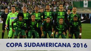 Бразильский футбольный клуб «Шапекоэнсе» во время матча 23 ноября 2016.