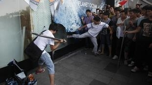 Demonstrators damage a windows glass for Japanese Seibu department stores during a protest against Japan's decision to purchase disputed islands  Senkaku ( ou Diaoyu), in Shenzhen, south China's Guangdong province September 16, 2012.