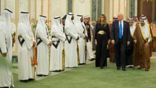 O  Presidente Donald Trump , acompanhado pela sua  esposa Melania Trump, em Riade no âmbito da Cimeira dos Países Árabes e Islâmicos. 20 de Maio de 2017     no âmbito d