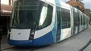 Copie d'écran d'une rame du tramway d'Alger pendant les essais.