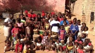 """Foto de família dos """"Netos de Bandim"""" em Bissau no dia 8 de Março 2019."""