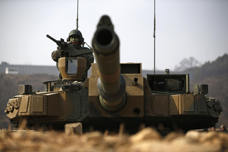 Des tanks sud-coréens se mettent en position durant un exercice militaire, le 11 février 2015.