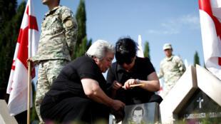 На мемориальном кладбище в Тбилиси 8 августа 2008 года.