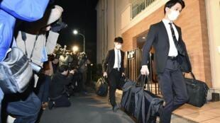 Oficiais do Ministério Público do Distrito de Tóquio carregam malas após invadir a residência de Tóquio do ex-presidente da Nissan Carlos Ghosn em Tóquio, Japão, em 2 de janeiro de 2020.