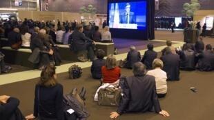 Les maires assis devant l'écran géant pour écouter le discours du Premier ministre François Fillon pendant le Congrès des maires de France à Paris, le 22 novembre 2011.