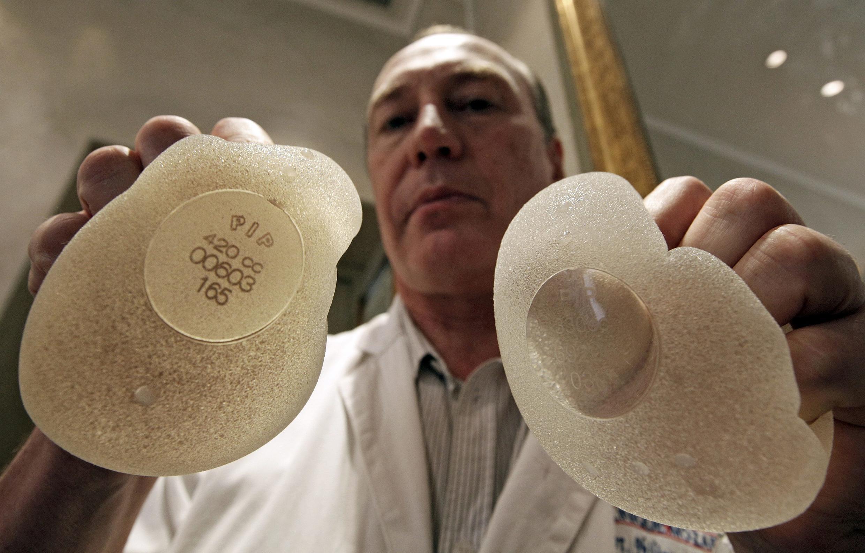 Próteses de silicone da PIP mostradas pelo médico francês Denis Boucq.