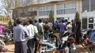 Malianos fazem fila para tirar dinheiro de um banco na capital Bamako, nesta terça-feira.