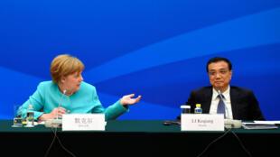 លោកស្រី Angela Merkel (ឆ្វេង) និងនាយករដ្ឋមន្ត្រីចិន  Li Keqiang  នៅទីក្រុង Pékin ថ្ងៃទី១៣មិថុនា២០១៦