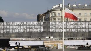 Le drapeau national polonais flotte sur la Place Pilsudski à Varsovie, où se dérouleront les cérémonies d'hommage aux victimes du crash de Smolensk.