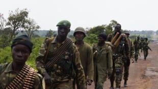 Une colonne de militaires des forces congolaises progresse à proximité de Kibumba, au nord de Goma, samedi 26 octobre.