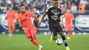 Mexer (direita), central moçambicano do Bordéus, frente a Neymar, estrela brasileira do Paris Saint-Germain. Imagem de Arquivo.