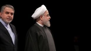 امیری صالحی وزیر ارشاد در کنار حسن روحانی در مراسم سی و چهارمین دوره جایزه کتاب سال جمهوری اسلامی ایران