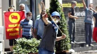 Manifestantes atiram pedras contra a polícia turca, em Istambul.