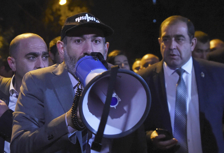 Никол Пашинян в окружении сторонников перед парламентом в Ереване, 2 октября 2018г.