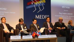 Thủ tướng Việt Nam Nguyễn Tấn Dũng (thứ ba từ phải qua) trong cuộc đối thoại với các doanh nghiệp Pháp, tại trụ sở MEDEF, Paris, 25/09/2013