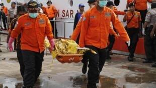 Mergulhadores indonésios que fazem as busca dos destroços do acidente do voo QZ8501 encontraram cadáveres com os cintos de segurança ainda afivelados nos assentos. Foto resgate do 19/01/15
