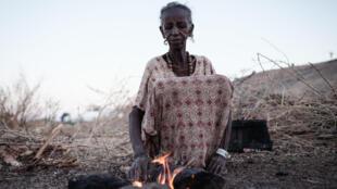 Arrafu Mbaye, una mujer etíope de 70 años, en el campamento de refugiados de Um Raquba, en Sudán, en la frontera con Tigré, en el norte de Etiopía, el 11 de diciembre de 2020