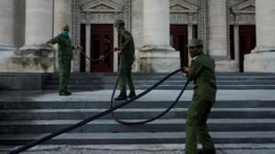 La Havane en temps de coronavirus: ici en avril 2020, des soldats désinfectent l'entrée d'un hôpital.