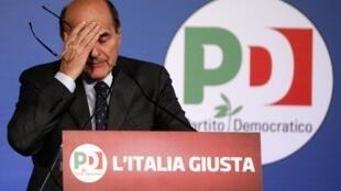 Le chef du centre-gauche Pier Luigi Bersani  lors de sa conférence de presse. Rome, le 26 février 2013.