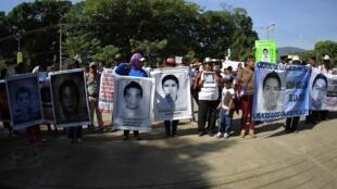 Dư luận Mêhicô tiếp tục đòi chính quyền phải điều tra về số phận của 43 sinh viên Ayotzinapa. - REUTERS /J.D. Lopez