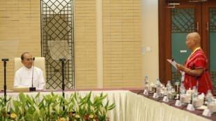 Tổng thống Thein Sein tiếp đại diện KNU (Karen National Union), một trong những nhóm vũ trang thuộc sắc tộc thiểu số Karen- REUTERS /Soe Zeya Tun