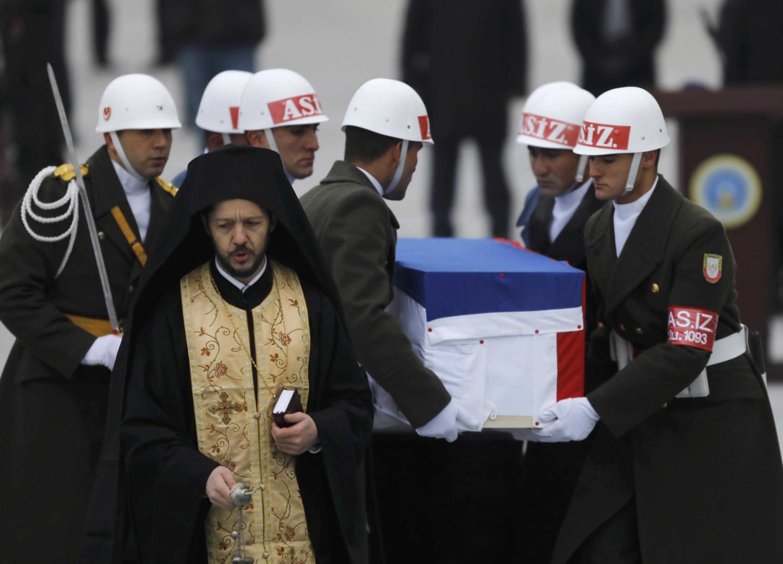 Caixão com o corpo do embaixador russo Andrei Karlov prestes a ser repatriado nesta terça-feira, 20 de dezembro de 2016.