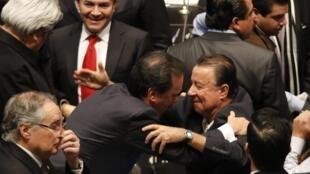 Los senadores del PRI Emilio Gamboa y Daniel Amador Gaxiola festejan la aprobación de la reforma, este 11 de diciembre de 2013 en México.