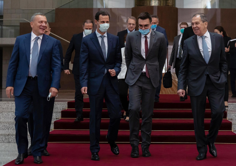 Le vice-Premier ministre Iouri Borissov (à gauche) avec le président syrien Bachar el-Assad (second en partant de la gauche) et le ministre des Affaires étrangères russe Sergueï Lavrov (à droite), à Damas le 7 septembre 2020.