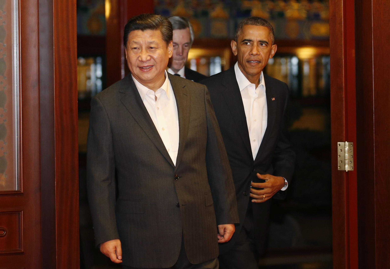Tổng thống Mỹ, Barack Obama đứng phía sau chủ tịch TQ Tập Cận Bình tại thượng đỉnh APEC 2014. Ảnh ngày 11/11/2014.