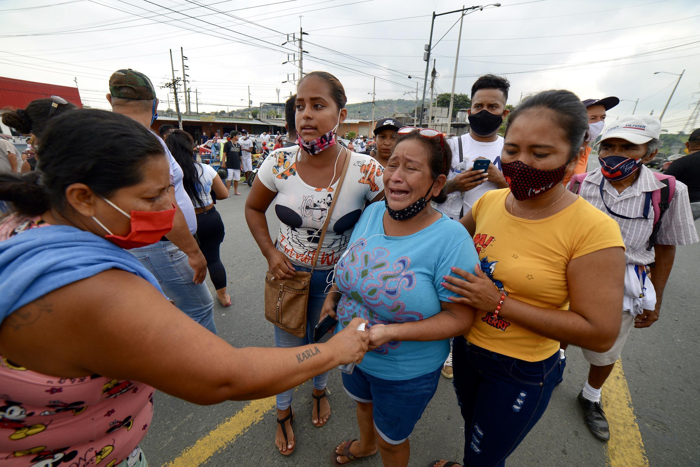 法广存档图片 - Image d'archive RFI : En Equateur, des proches des détenus de la Zone 8 Privation of Liberty Center sont vus en attendant les nouvelles, à Guayaquil, Équateur, le 23 février 2021.