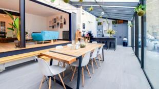 Capture d'écran d'un espace de travail avec verrière et jardin proposé par Office Riders.