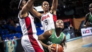La Nigériane Sarah Imovbioh prise par la défense américaine en Coupe du monde 2018 de baket-ball.