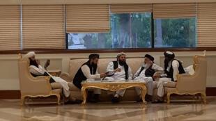 Miembros de la delegación afgana durante conferencia de paz en Doha, 8 de julio, 2019.