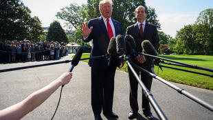Tổng thống Mỹ  Donald Trump (T) bên cạnh bộ trưởng Lao Động Alexander Acosta, lúc ông thông báo từ chức. Ảnh tại Washington, ngày 12/07/2019.